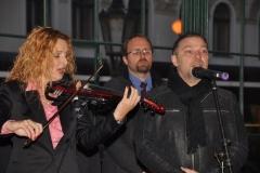 Českou státní hymnu zazpíval na závěr slavnostního aktu Petr Kolář za houslového doprovodu Markéty Muzikářové.