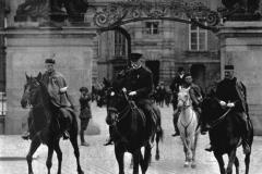 Nedlouho po nástupu Adolfa Hitlera k moci bylo zřejmé, že se Německo chystá na válku. Odhodlání bránit vlast tehdy projevovala většina občanů. Svůj postoj symbolicky vyjádřil i prezident T. G. Masaryk.  Ve svém pokročilém věku usedl na koně a jel na přehlídce v čele vojska.