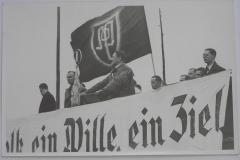 Nacistickou ideologii pronikající k nám ze sousedního Německa bohužel přijímala se sympatiemi stále větší část československých Němců. Na snímku řeční 1. května 1936 na shromáždění v Karlových Varech K. H. Frank.