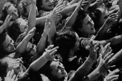 Sudetoněmecké ženy na shromáždění v Breslau zdraví svého vůdce Adolfa Hitlera