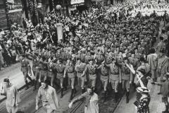 V roce 1938 se samozřejmě konaly i akce na obranu svobodného a demokratického Československa. Na snímku manifestační průvod sokolů u příležitosti Všesokolského sletu nadšeně pozdravovaný obyvateli Prahy.
