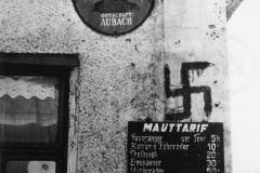 Sudetoněmecký teror nastupoval postupně. Mnohde to začalo zamazáváním českých nápisů, psaním nacistických hesel a symbolů.