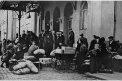 V zářiových dnech 1938 se v pohraničí stupňoval  teror tzv. sudetských Němců vůči  Čechům a Židům.  Běžné byly přepady a bití, vytloukání oken,  vyhrožování zabitím, psaní hanlivých nápisů po zdech  i útoky na děti apod. Viz odkaz vzpomínky pamětníků. Byli už i první mrtví a zranění. Za této situace se zvedla mohutná uprchlická vlna. Do vnitrozemí utíkali ohrožení Češi, Židé i protinacističtí Němci. Na snímku skupina uprchlíků před jedním z pražských nádraží.