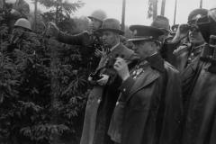 Československá armáda se již od poloviny třicátých let intenzivně připravovala na obranu před napadením ze strany Německa. Na snímku prezident republiky dr. Edvard Beneš při návštěvě vojenského cvičení.