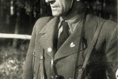 Přestože K. H. Frank nikdy nesloužil před válkou v armádě, rád se ukazoval před svými soukmenovci v uniformě. Sice jako nevoják bez hodností, ale jinak v helmě a s plnou parádou. Po vyhlášení výjimečného stavu 13. září 1938 ho ale odvaha rychle přešla.
