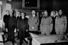 Galerie zrádců a zločinců: zleva – Neville Chamberlain, Edouard Daladier, Adolf Hitler a Benito Mussolini. Po porážce Francie nechá Adolf Hitler Edouarda Daladiera, který mu v Mnichově naservíroval Československo jako na zlatém podnosu, zavřít do koncentračního tábora.
