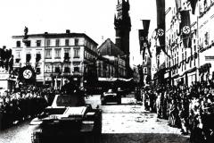 Tanky wehrmachtu přijíždějí za jásotu místních Němců na náměstí ve Znojmě