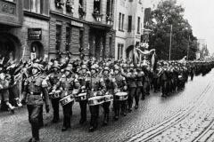 Kolik z těchto vojáků, kteří v březnu s pocitem vítězství a nadřazenosti pochodovali Ústím nad Labem se asi dočkalo konce války?