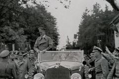 Brzy za vojenskými jednotkami přijel na uloupené území Adolf Hitler. Zatímco většina místních Němců jásá, speciální jednotky už zatýkají místní německé i české antinacisty, především sociální demokraty a komunisty.
