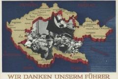 """Pohlednice vydaná po Mnichovu, vyjadřující dík tzv. sudetských Němců vůdci za """"návrat do Říše.""""  Kolik z těch, kteří s takovým nadšením a nenávistí vůči Čechům, Židům a protinacistickým Němcům vyjadřovali své sympatie k myšlenkám německé nadřazenosti a vůdci odmění Hitler tím, že skončí ve válečných hrobech po celé Evropě nebo jako invalidé. Odhaduje se, že za svého fýrera padlo asi 300 000 bývalých čs. Němců."""