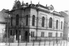 Synagoga v Malé Hradební ulici v Ústí nad Labem před a po pogromu během Křišťálové noci.