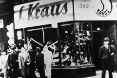 Během sudetoněmeckého řádění byly poničeny a vydrancovány tisíce židovských a mnohde i českých obchodů a živností. Snímky byly pořízeny po Křišťálové noci v Ústí nad Labem.
