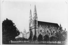 V ničení synagog a dalších židovských památek pokračovali Němci i po 15. březnu 1939 v nově vzniklém protektorátu Čechy a Morava. Na snímcích je bourání výstavné synagogy v Českých Budějovicích pomocí trhavin. Pikantní na tom bylo, že k nemalému rozladění místních Němců  zůstala po prvním odstřelu stavba stát, pouze se naklonily její věže. Teprve další odstřel dílo zkázy dokonal.
